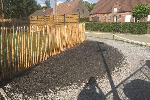 Voorzien van een extra parkeerplaats, afgelijnd door een afsluiting in Kastanjehout te Brecht